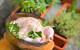 Pomalu pečené kuře v peci na dříví