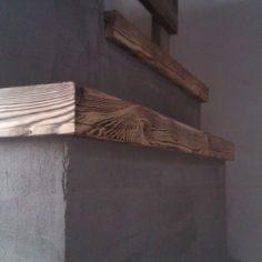 Detail vydrásané dřevěné římsy