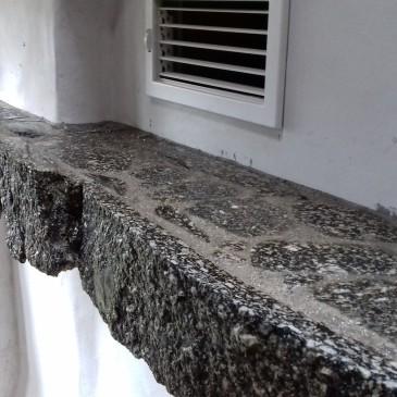Akumulační krb - kamená římsa
